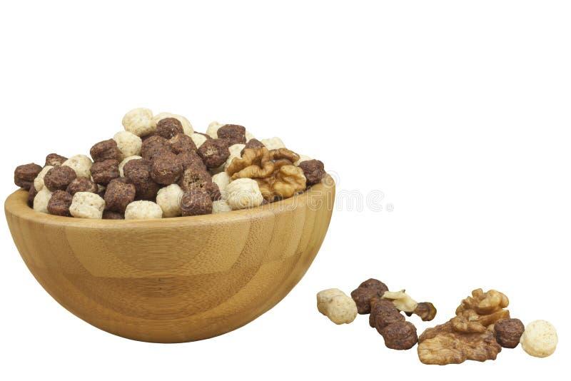 Σφαίρες δημητριακών σοκολάτας σε ένα κύπελλο του μπαμπού Υγιές πρόγευμα με τα φρούτα και το γάλα Ένα σύνολο διατροφής της ενέργει στοκ φωτογραφία με δικαίωμα ελεύθερης χρήσης