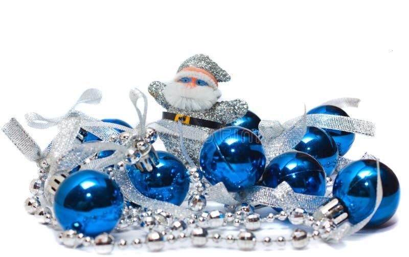 Σφαίρες και Άγιος Βασίλης του νέου έτους σε μια άσπρη ανασκόπηση στοκ εικόνες