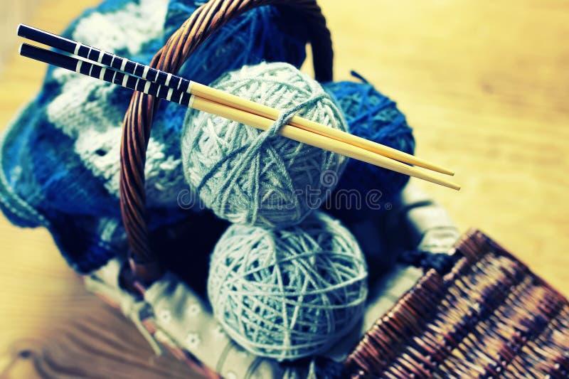 Σφαίρες μαλλιού και πλέκοντας βελόνες στοκ εικόνα με δικαίωμα ελεύθερης χρήσης