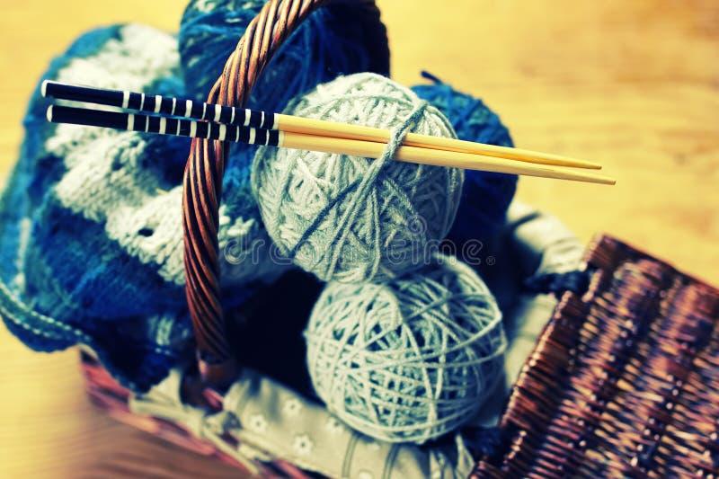 Σφαίρες μαλλιού και πλέκοντας βελόνες στοκ εικόνες
