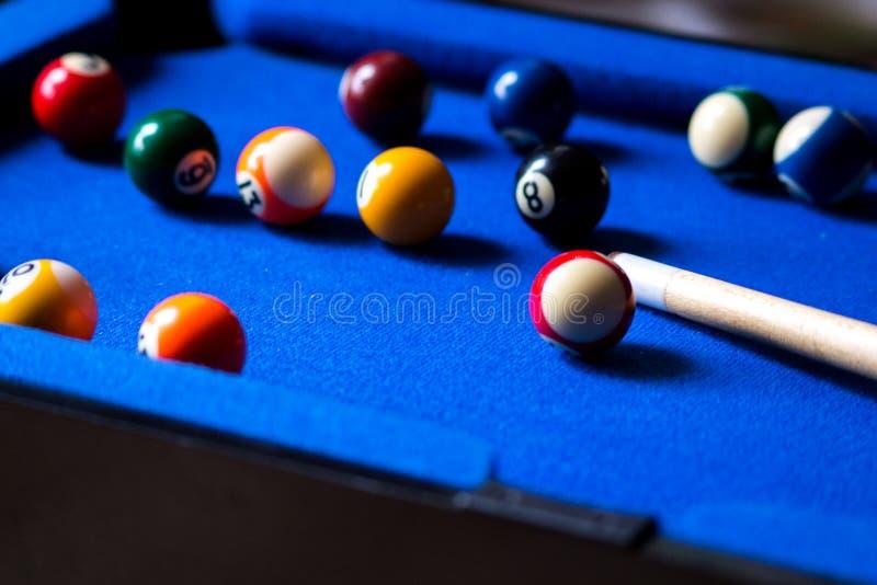 Σφαίρες μπιλιάρδου λιμνών στο μπλε σύνολο παιχνιδιών επιτραπέζιου αθλητισμού Σνούκερ, παιχνίδι λιμνών στοκ φωτογραφίες με δικαίωμα ελεύθερης χρήσης