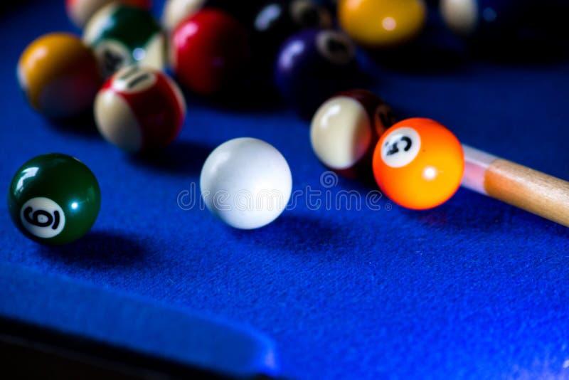 Σφαίρες μπιλιάρδου λιμνών στο μπλε σύνολο παιχνιδιών επιτραπέζιου αθλητισμού Σνούκερ, παιχνίδι λιμνών στοκ εικόνες