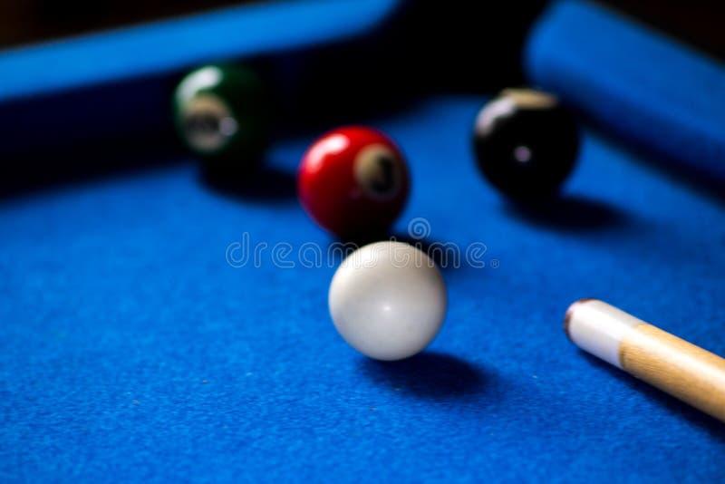 Σφαίρες μπιλιάρδου λιμνών στο μπλε σύνολο παιχνιδιών επιτραπέζιου αθλητισμού Σνούκερ, παιχνίδι λιμνών στοκ φωτογραφία