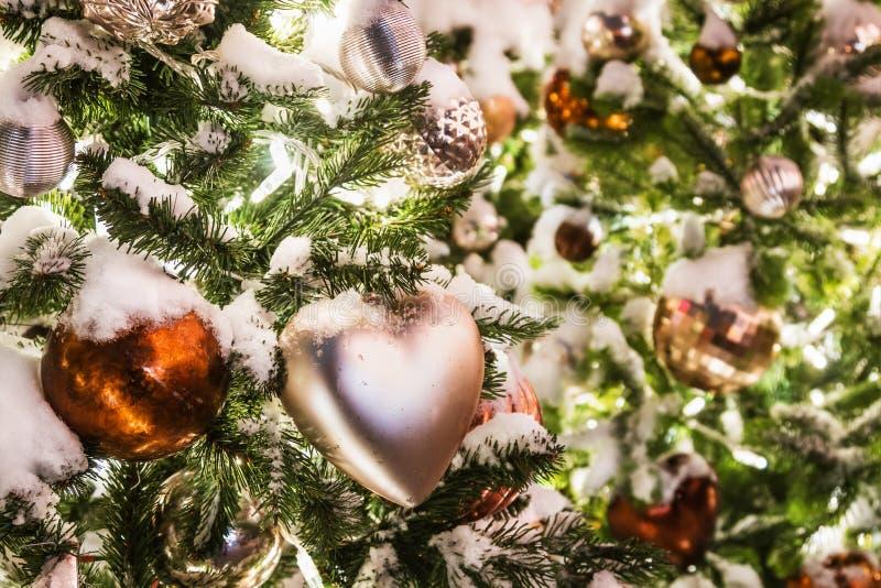 Σφαίρες, παιχνίδια και διακοσμήσεις στο χριστουγεννιάτικο δέντρο στοκ φωτογραφία