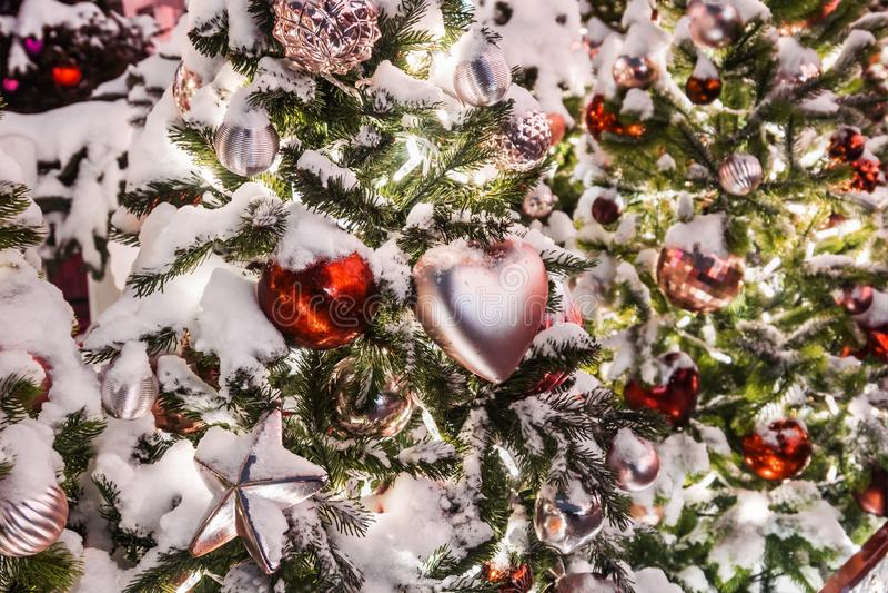 Σφαίρες, παιχνίδια και διακοσμήσεις στο χριστουγεννιάτικο δέντρο στοκ εικόνες