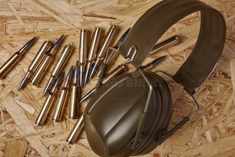 Σφαίρες στην ξύλινη σύσταση με τα μέσα προστασίας ακοής στοκ εικόνα με δικαίωμα ελεύθερης χρήσης