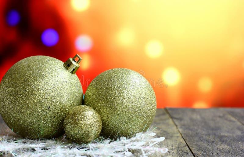 Σφαίρες υποβάθρου Χριστουγέννων στο σκοτεινό ξύλινο πίνακα γραφείων στοκ εικόνες με δικαίωμα ελεύθερης χρήσης
