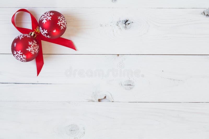 Σφαίρες Χριστουγέννων και μια κορδέλλα στοκ εικόνες
