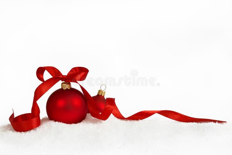 Σφαίρες Χριστουγέννων με την κορδέλλα στοκ εικόνες