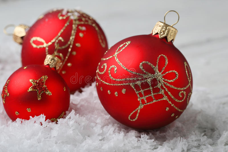 Σφαίρες Χριστουγέννων με τις διακοσμήσεις στο χιόνι στοκ εικόνες