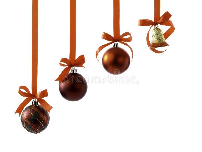 Σφαίρες Χριστουγέννων με τις κορδέλλες και τόξο στο λευκό στοκ εικόνα