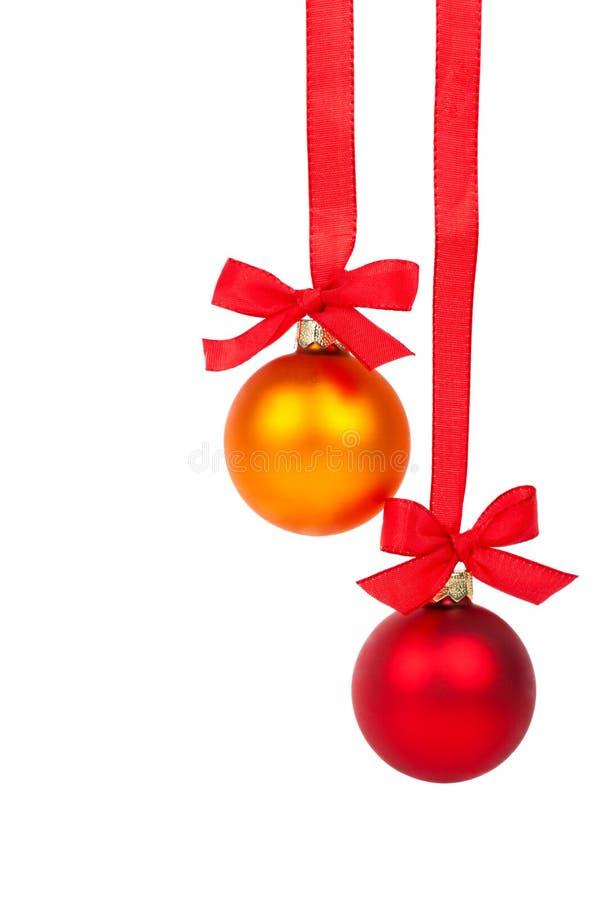 Σφαίρες Χριστουγέννων που κρεμούν με την κορδέλλα στοκ εικόνα με δικαίωμα ελεύθερης χρήσης