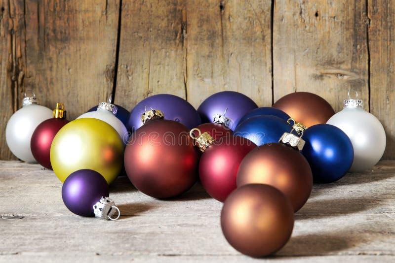 Σφαίρες Χριστουγέννων σε ένα ξύλινο υπόβαθρο στοκ φωτογραφία