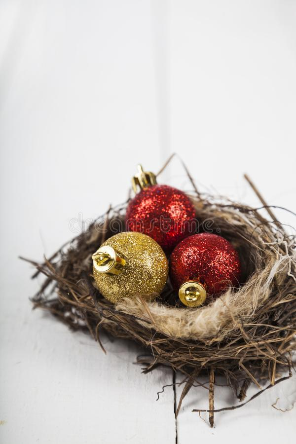 Σφαίρες Χριστουγέννων στη φωλιά στοκ εικόνα