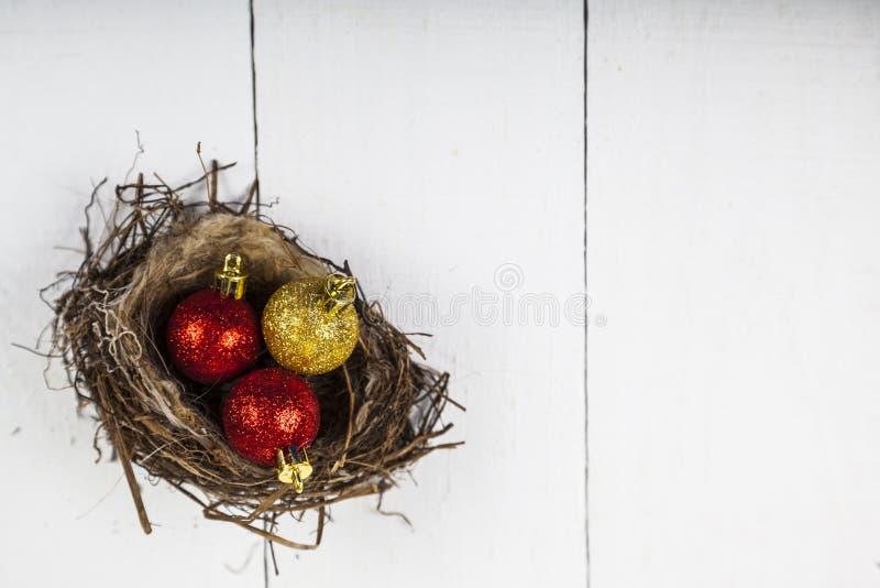 Σφαίρες Χριστουγέννων στη φωλιά στοκ φωτογραφίες
