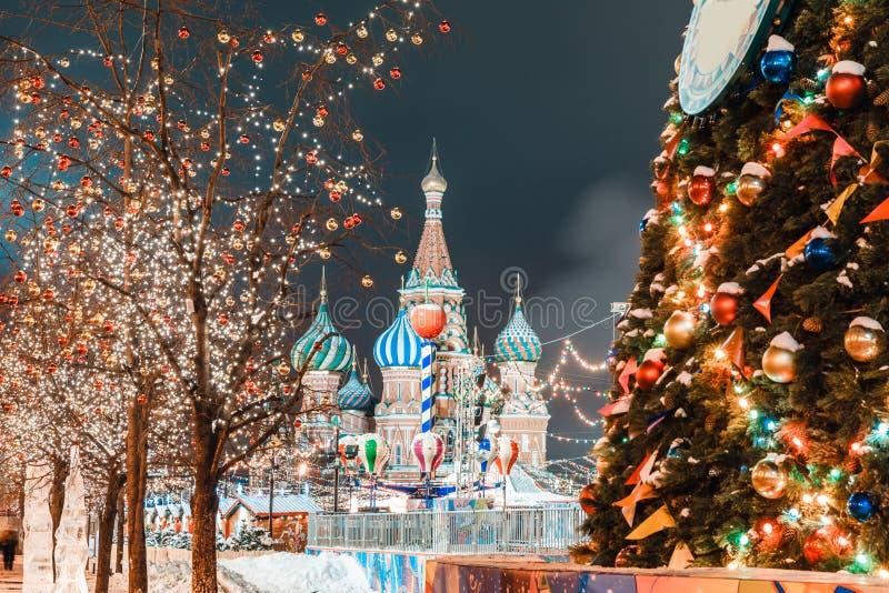 Σφαίρες Χριστουγέννων στους κλάδους δέντρων στο κόκκινο τετράγωνο στοκ φωτογραφίες