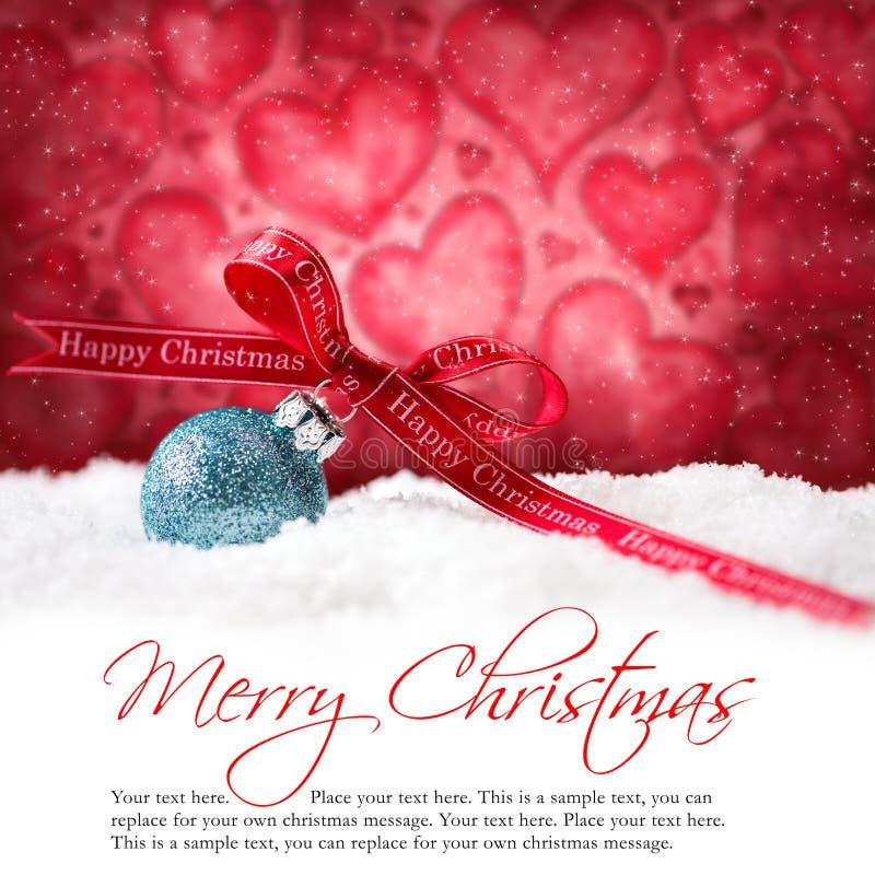 Σφαίρες Χριστουγέννων στο χιόνι με & x22 Χαρούμενα Χριστούγεννα & x22  μήνυμα στοκ εικόνα