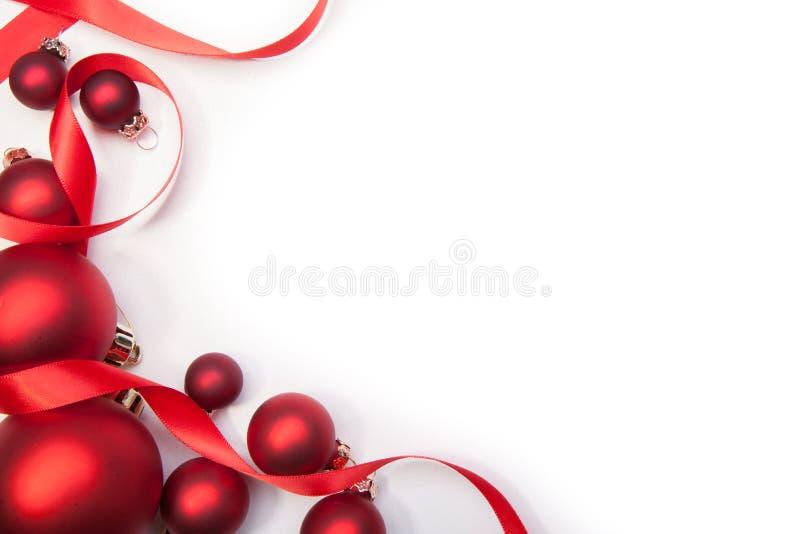 Σφαίρες Christamas και μια κορδέλλα στοκ εικόνα με δικαίωμα ελεύθερης χρήσης