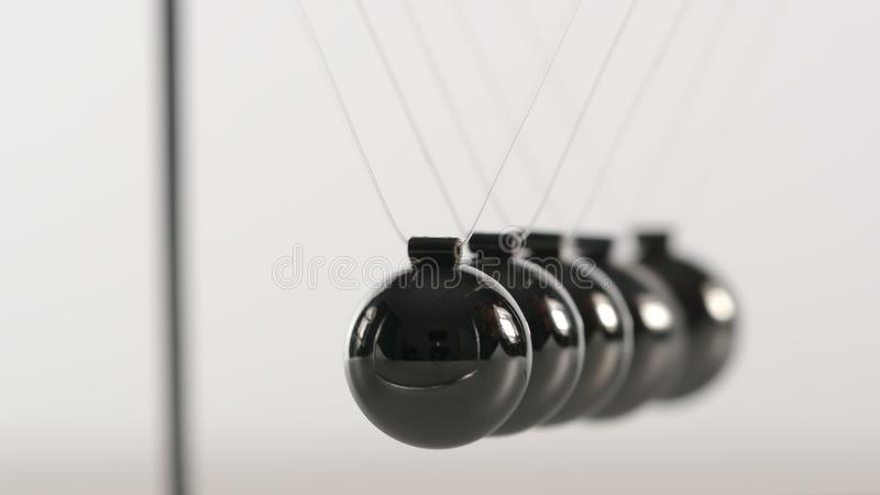 Σφαίρες Newton ισορροπίας - κλείστε επάνω στοκ εικόνα