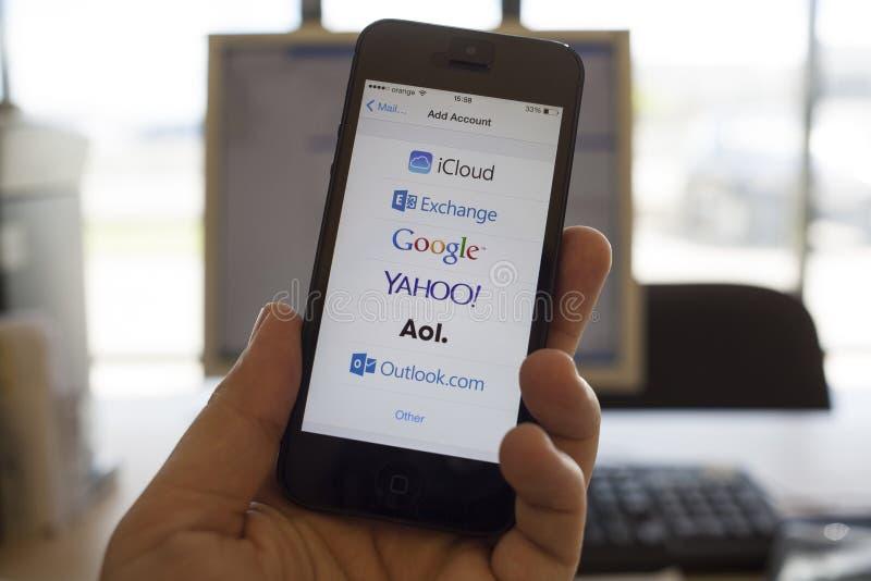 Σφαιρικές υπηρεσίες αποστολής ηλεκτρονικών μηνυμάτων στην οθόνη smartphone στοκ φωτογραφία με δικαίωμα ελεύθερης χρήσης