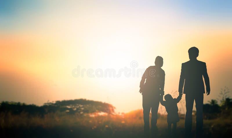 Σφαιρική ημέρα της έννοιας γονέων:  Οικογένεια στο υπόβαθρο ανατολής στοκ φωτογραφία με δικαίωμα ελεύθερης χρήσης