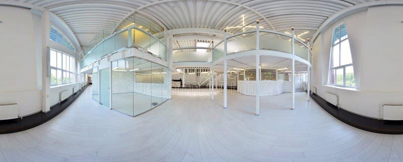 Σφαιρικοί 360 βαθμοί προβολής πανοράματος, πανόραμα στο εσωτερικό κενό δωμάτιο διαδρόμων στα ελαφριά χρώματα με τα σκαλοπάτια και στοκ εικόνες με δικαίωμα ελεύθερης χρήσης