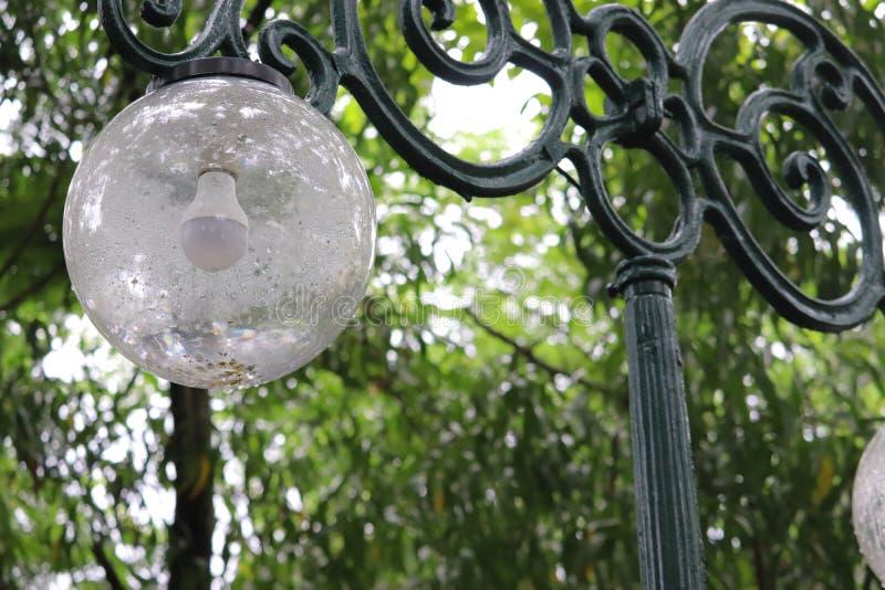 Σφαιρικό streetlamp σε ένα πράσινο πάρκο στοκ φωτογραφία με δικαίωμα ελεύθερης χρήσης