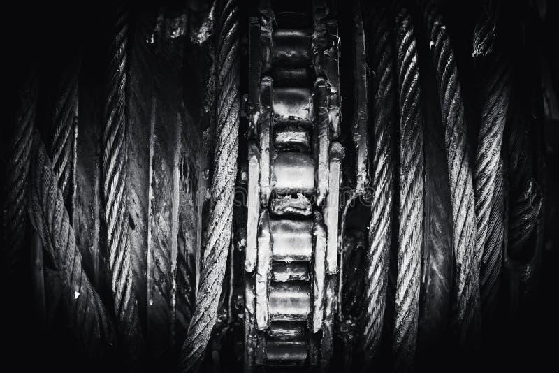 Σφεντόνα χάλυβα με τη βαριά βιομηχανία εξελίκτρων φορτίων τροχαλιών αλυσίδων στοκ φωτογραφίες με δικαίωμα ελεύθερης χρήσης
