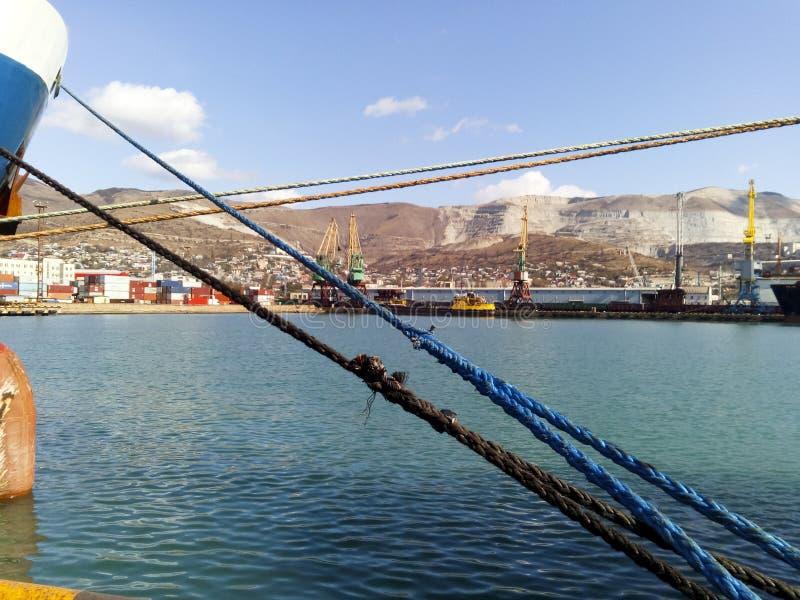 Σφιγγμένα δένοντας σχοινιά πρόσδεση του σκάφους στοκ φωτογραφία με δικαίωμα ελεύθερης χρήσης