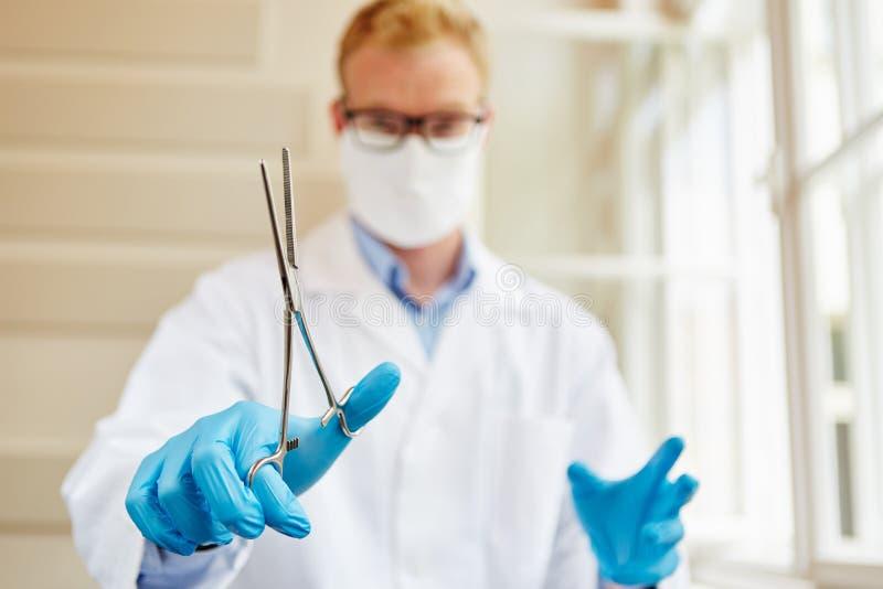 Σφιγκτήρας σε ετοιμότητα του χειρούργου στοκ εικόνες