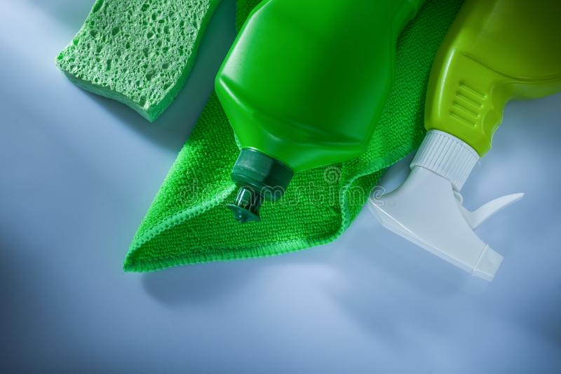 Σφουγγάρι ψεκαστήρων μπουκαλιών κουζινών dishcloth στο άσπρο υπόβαθρο στοκ εικόνες με δικαίωμα ελεύθερης χρήσης