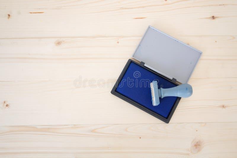 Σφραγίδα με το μπλε μαξιλάρι γραμματοσήμων χρώματος στοκ φωτογραφίες με δικαίωμα ελεύθερης χρήσης