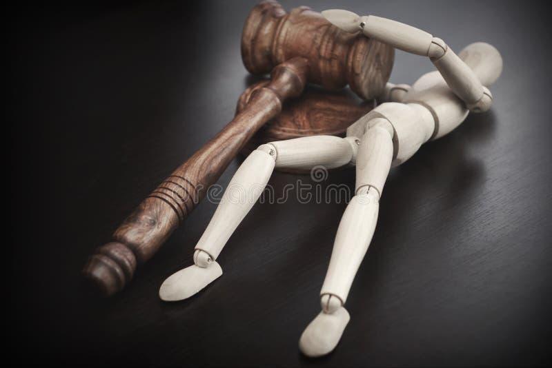 Σφυρί δικαστών ή Auctioneers και ξύλινο ανθρώπινο ειδώλιο στοκ εικόνα με δικαίωμα ελεύθερης χρήσης