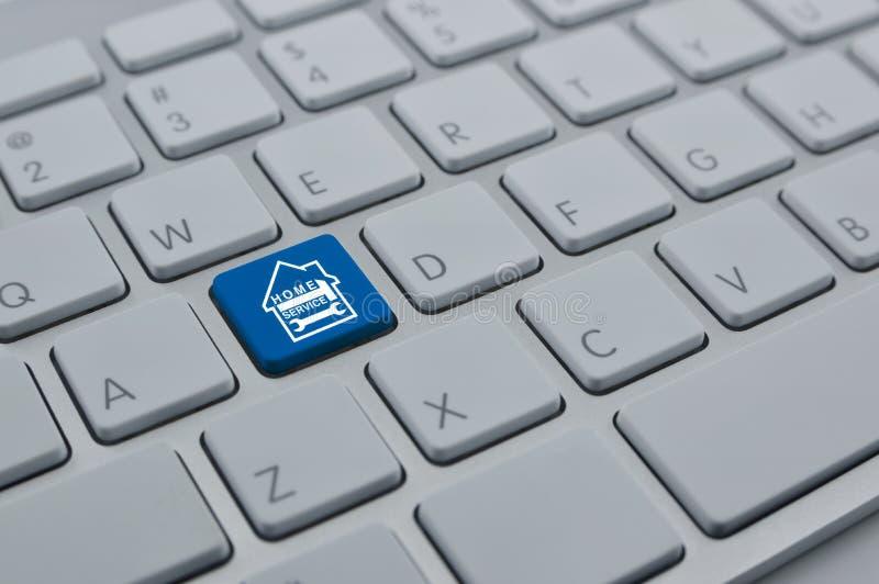Σφυρί και γαλλικό κλειδί με το εικονίδιο σπιτιών στο σύγχρονο Bu πληκτρολογίων υπολογιστών στοκ φωτογραφία