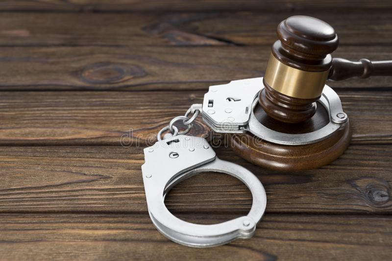 Σφυρί του δικαστή, χειροπέδες για τη κράτηση των εγκληματιών στο κλίμα στοκ φωτογραφίες με δικαίωμα ελεύθερης χρήσης