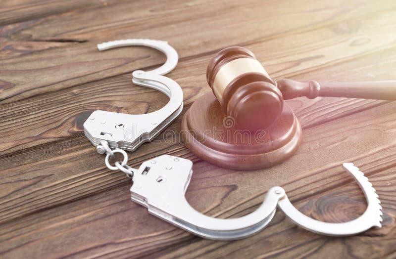 Σφυρί του δικαστή, χειροπέδες στοκ φωτογραφία