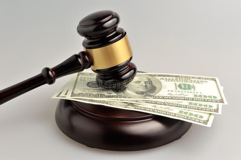 Σφυρί του δικαστή με τα χρήματα σε γκρίζο στοκ εικόνα με δικαίωμα ελεύθερης χρήσης