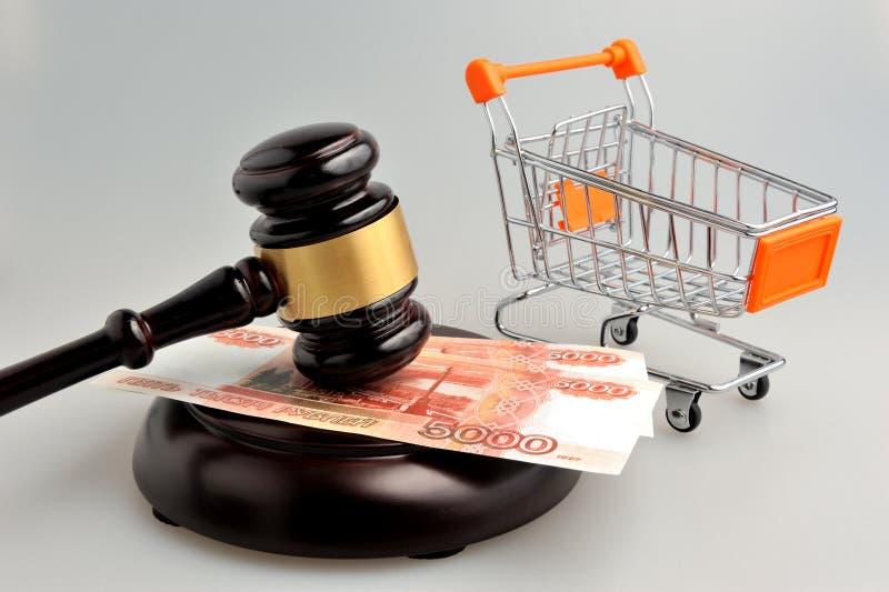 Σφυρί του auctioneer με τη χειράμαξα και των χρημάτων σε γκρίζο στοκ φωτογραφία με δικαίωμα ελεύθερης χρήσης