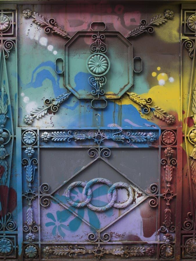 Σφυρηλατημένη πόρτα που χρωματίζεται με τα χρώματα στοκ εικόνα