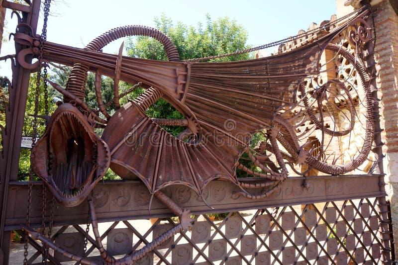 Σφυρηλατημένος μεταλλικός δράκος Η διακόσμηση των πυλών ένα από τα πάρκα της Βαρκελώνης στοκ εικόνα