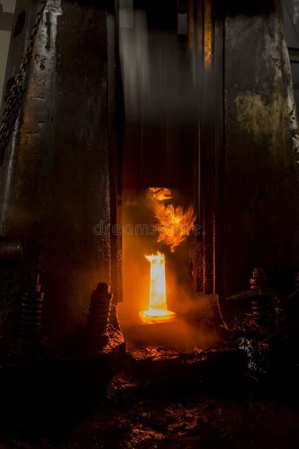 Σφυρηλατημένο πτώση σφυρί στη διαδικασία σφυρηλατημένων κομματιών στοκ εικόνες