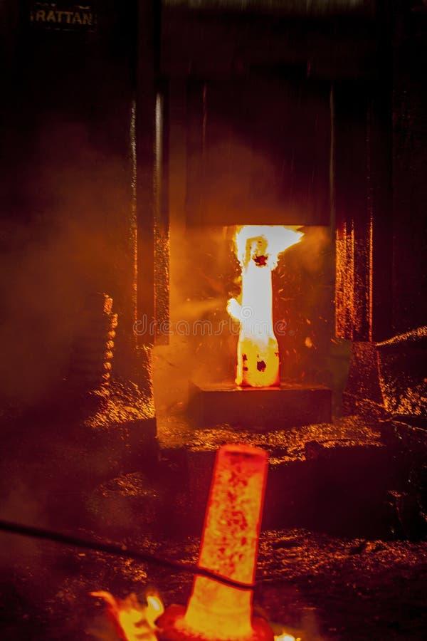 Σφυρηλατημένο πτώση σφυρί στη διαδικασία σφυρηλατημένων κομματιών στοκ εικόνες με δικαίωμα ελεύθερης χρήσης