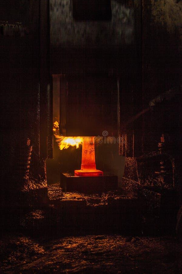Σφυρηλατημένο πτώση σφυρί στη διαδικασία σφυρηλατημένων κομματιών στοκ εικόνα