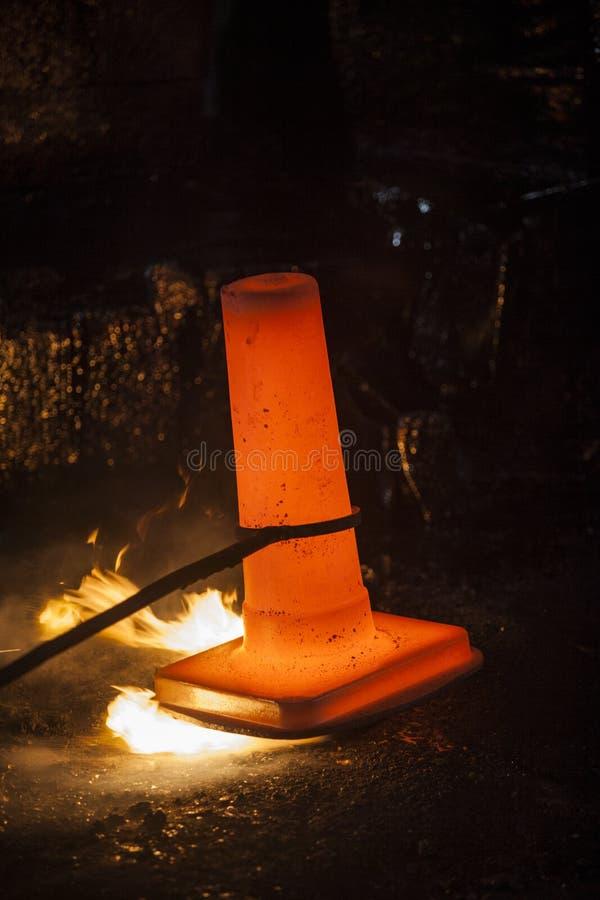 Σφυρηλατημένο πτώση σφυρί στη διαδικασία σφυρηλατημένων κομματιών στοκ φωτογραφίες
