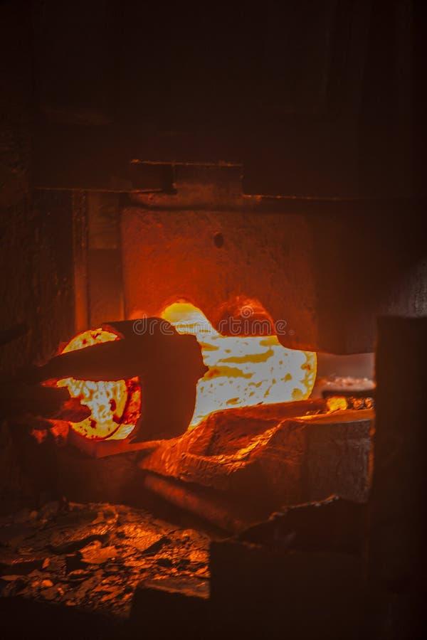 Σφυρηλατημένο πτώση σφυρί στη διαδικασία σφυρηλατημένων κομματιών στοκ φωτογραφία με δικαίωμα ελεύθερης χρήσης