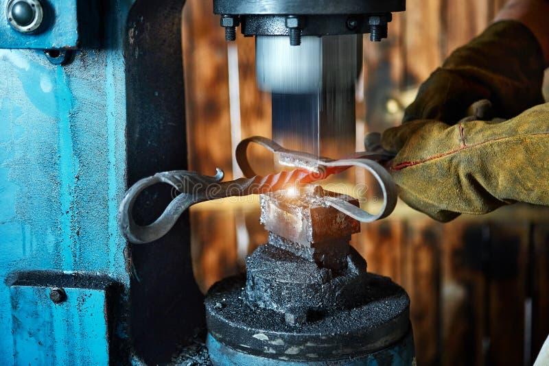 Σφυρηλατώντας Τύπος Κατασκευαστής των διακοσμητικών στοιχείων επεξεργασμένου σιδήρου για στοκ εικόνα