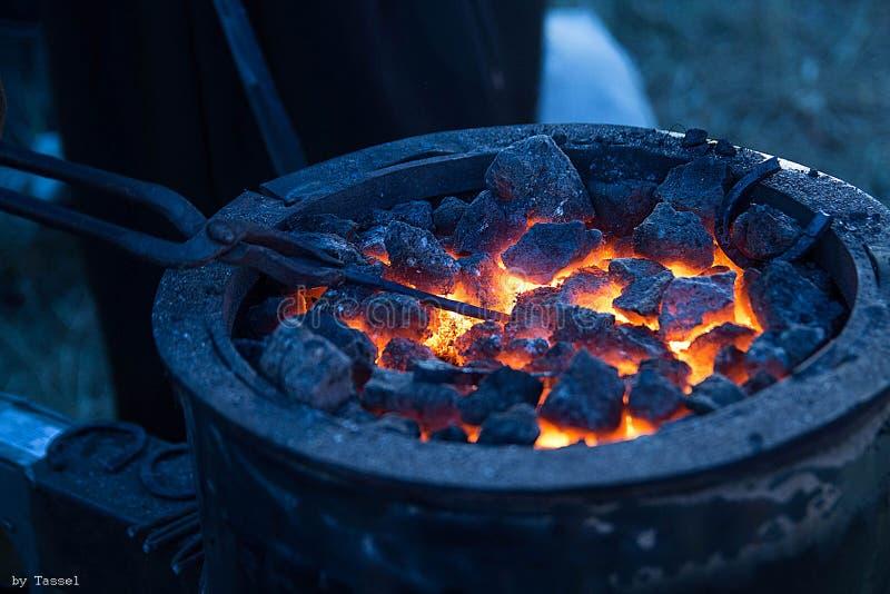 Σφυρηλατήστε το κέρατο με τους καυτούς άνθρακες και το πέταλο μετάλλων στοκ φωτογραφία με δικαίωμα ελεύθερης χρήσης
