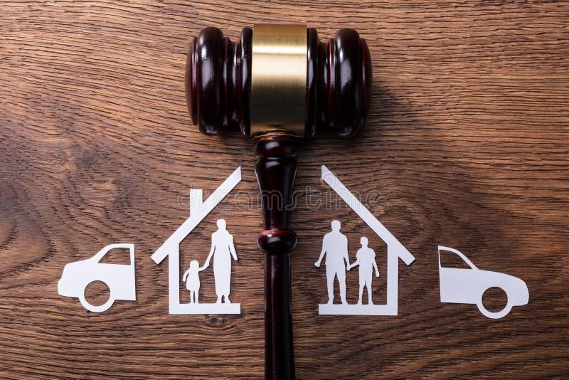Σφύρα δικαστών μεταξύ της διασπασμένων οικογένειας διακοπής εγγράφου και του αυτοκινήτου στοκ εικόνες