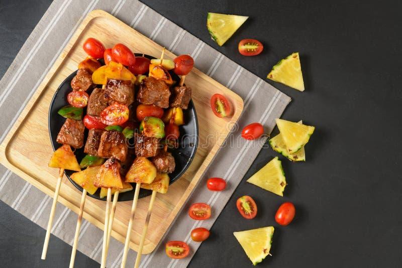 Σχάρα βόειου κρέατος σχαρών με τα λαχανικά στοκ φωτογραφία