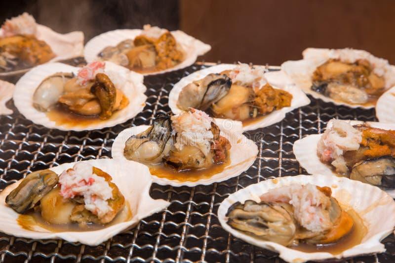 Σχάρα θαλασσινών - τρόφιμα οδών στην αγορά ψαριών Tsukiji, Τόκιο, Ιαπωνία στοκ φωτογραφίες